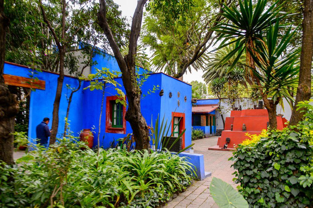 personas caminando por la casa azul de frida kahlo
